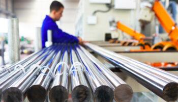 funcionario-barra-cromada-para-cilindros-hidráulicos