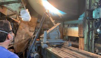 operador realizando gestao da manutencao industrial