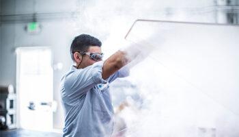 operador industrial realizando ensaio salt spray